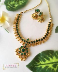Check out the jewellery trend of wearing kemp attigai and necklace! Gold Necklace Simple, Gold Jewelry Simple, Emerald Necklace, Crystal Necklace, Gold Jewellery Design, Designer Jewelry, Jewelry Model, Jewelry Art, Antique Jewelry