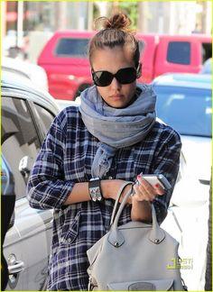 Meninas, desde que comprei o meu bracelete punk, não o tiro do braço. Os braceletes são maravilhosos para concluir um look dando um super up. Eles também podem, fácilmente, quebrar qualquer produção careta ou sem graça…Dá uma olhada na turma que adooora e não tira o seu do braço. Todos esses são da Hermès. Chama: …