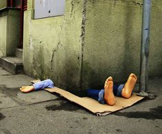 As intervenções urbanas de Fra. Biancoshock -  Artista italiano que faz intervenções urbanas críticas e com muito humor.