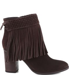 As capas franjadas atribuem um toque ultra fashionista aos visuais dos dias frios para looks com pegada folky. Para variar, você pode retirar o fringes belt e ir com a bota sequinha e básica. A pedid