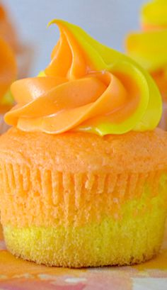 Sunset Cupcakes. Hmmm a layer of lemon and a layer of orange cake. Gotta try this