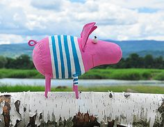 This pig likes to travel very much. Pig Crafts, Animal Crafts, Diy And Crafts, Crafts For Kids, Pig Balloon, Paper Toy, Handmade Stuffed Animals, Bazaar Ideas, Fabric Animals