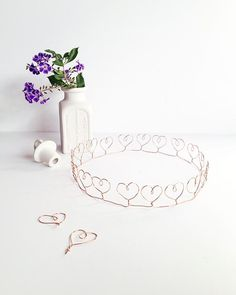 Awwww now this is one beautiful little DIY Tiara Crown craft. how lovely are all those little hearts. you could even add some little sparkly beads as you go round. Diy Tiara, Dollar Store Crafts, Dollar Stores, Wire Crown, Heart Crown, Diy Blog, Fun Crafts For Kids, Wire Art, Wire Jewelry