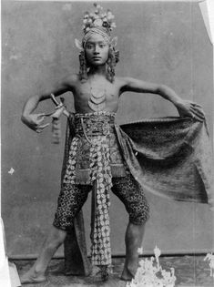 Indonesia, Java ~ Javanese Dancer Went to a beautiful performance in Java! Old Pictures, Old Photos, Vintage Photos, Laos, Vietnam, Ghost In The Machine, Dutch East Indies, Javanese, Borneo