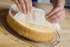 Backofen auf 175 °C vorheizen. Eigelb mit 120 g Zucker, Vanillinzucker, Salz und dem heißen Wasser aufschlagen. Die Masse muss sehr weiß sein. In...