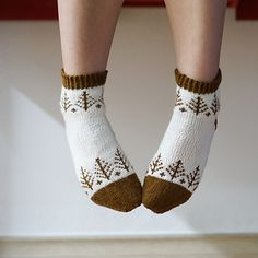 Ravelry: Pine tree socks knitting pattern by L'oro unico Wool Socks, My Socks, Knitting Wool, Knitting Socks, Crochet Slippers, Knit Crochet, Ravelry, How To Purl Knit, Crochet Stitches