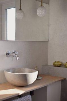 """""""Das bleibt aber nicht so, oder?"""" ist eine Frage, die Irina aka @irina_kapunkt regelmäßig schmunzeln lässt – denn die Betonoptik in ihrem Badezimmer ist absolut gewollt. Um diesen modernen, aber doch zeitlosen Look ins eigene Zuhause einziehen zu lassen, gibt es ganz unterschiedliche Wege. Während Beton Ciré eine Möglichkeit der Wandbearbeitung darstellt, können auch graue Wandfarben den gewünschten Betonlook erzeugen und den eigenen vier Wänden einen Hauch des beliebten Industrial-Stils…"""