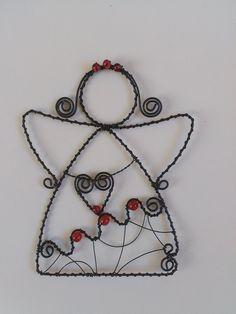 """Drátovaný+anděl+""""pan+Červenka""""+Drátovaná+dekorace,+černý+drát+++skleněné+korálky,+výška+je+cca+17+cm. 3d Drawing Pen, 3d Drawings, Costume Jewelry Crafts, Christmas Crafts, Christmas Ornaments, Wire Crafts, Stained Glass Patterns, Wire Art, Wire Wrapped Jewelry"""