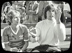 Battle of the Network Stars Jenner shows off for Laverne & Shirley star Penny Marshall in 1977 while taping at Malibu's Pepperdine University. You may catch them in a rerun on ESPN Classic sometime! Cindy Williams, Robin Williams, Bruce Jenner Olympics, Penny Marshall, 3 Network, Laverne & Shirley, Vintage Tv, Iconic Movies, Kris Jenner