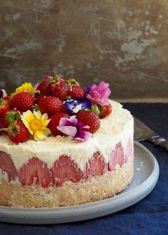 Hvit sjokoladeiskake med jordbær og nøttebunn Delicious Desserts, Yummy Food, Cupcake Cakes, Cupcakes, Smitten Kitchen, Muffins, Cheesecake, Goodies, Ice Cream