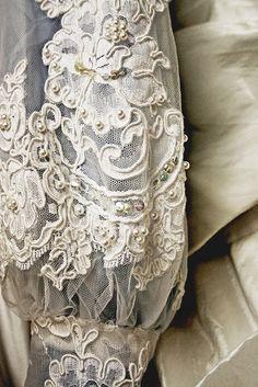 В очередной раз гуляя по просторам сети, увидела фото платья, которое меня поразило, не фото конечно, а платье - настолько женственно, элегантно, просто восхитительно! Мне захотелось поискать еще что-то не совсем обыденное с жемчугом, и вот предлагаю вам результаты моих поисков - немного фото с великолепным жемчугом, то, что понравилось и немного удивило.