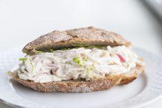 Een simpele, maar erg lekkere surimisalade voor op brood. Probeer eens een keer wat anders op je boterham! Ook lekker door een salade of op toastjes.