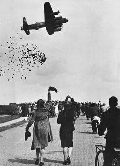 Op deze foto zie je de strijd met honger tijdens de oorlog. Het vliegtuig laat eten vallen en aan de zwaaiende rennende mensen kun je zien dat ze opgelucht en blij zijn.