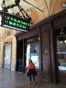 """Farmácia fundada em 1814 - """"Visitar Bolonha, Itália"""" by @Viaje Comigo"""