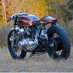 Really liking 'Woody' the Honda built by Very nicely executed 👍🏾 . Really liking 'Woody' the Honda built by Very nicely executed 👍🏾 . Cb750 Cafe Racer, Cafe Racer Build, Cafe Racer Motorcycle, Scrambler, Honda Cb750, Honda Motorcycles, Vintage Motorcycles, Cb550, Honda Bikes