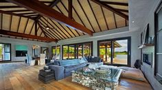 EN IMAGES - Au milieu de nulle part, dans le Pacifique. Cette maison typique inspirée de l'architecture Balinaise va vous donner des envies de vacances... et d'ailleurs ! Courage, l'été approche.