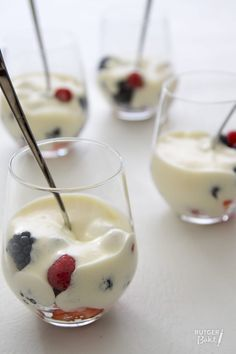 Recept: Sabayon van prosecco met zomerfruit / Recipe: Prosecco sabayon with summer fruits Xmas Desserts, No Cook Desserts, Great Desserts, Christmas Dishes, Xmas Food, How Sweet Eats, Desert Recipes, Relleno, Sweet Recipes