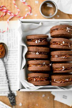 Biscotti al cacao e dulce de leche | FiordiFrolla Holiday Baking, Pretzel Bites, Cacao, Allrecipes, Doughnut, Cereal, Cookies, Breakfast, Desserts