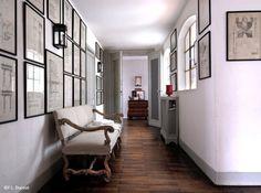 """""""Installez-vous et admirez la vue"""" semble nous suggérer cette banquette qui occupe une partie de ce large couloir où les tableaux s'alignent sagement sur les murs."""