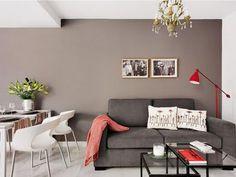 Parede camurça dando aconchego ao sofá cinza