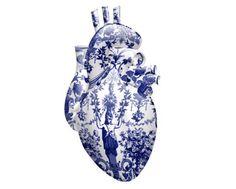 Gewelddadig Delfts Blauw. Dankzij Magnus Gjøen krijgt Delfts Blauw een hele andere, en meer explosieve lading. Van de UZI die hij maakte van keramiek, en beschilderde tot het hart. Maar al het keramiek blijft even breekbaar, hoe krachtig deze voorwerpen er ook uit zien.
