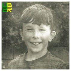 📌 No dia 8 de Agosto, 1961 nasce nasce em Londres David Howell Evans, o The Edge.  Ele tem um irmão, Dick, dois anos mais velho. Quando completou um ano de idade, sua família se mudou para Dublin. Com 4 anos, começou a frequentar a St. Andrews Church of Ireland School. Aos 10, ganhou de sua mãe seu primeiro violão, com o qual tocava no tempo livre. Começou a receber aulas de piano, mas desistiu. Entrou na Mount Temple School aos 12 e iniciou aulas de violão. . 🎊🎈FELIZ DIA DAS CRIANÇAS🎉🎈…