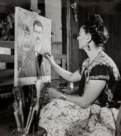 Frida Kahlo painting the portrait of her father, Photograph: Gisèle Freund © Banco de México. Fideicomiso Museos Diego Rivera y Frida Kahlo. Frida E Diego, Frida Art, Famous Artists, Great Artists, Top Artists, Natalie Clifford Barney, Frida Paintings, Martin Munkacsi, Tina Modotti