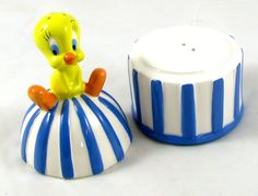 Stacking TWEETY Bird on Bird Cage SALT & PEPPER SHAKER Ceramic 1994 Warner Bros