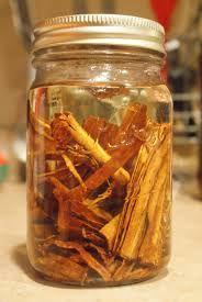 ShareShare Kaneel is niet alleen populair om zijn smaak, maar ook om de positieve effecten bij o.a. diabetes, schimmelinfectiesof wonden. Met name de combinatie honing-kaneel is krachtig. Wat je misschien nog niet weet, is dat kaneel ook in olievorm zeer positieve effecten op de gezondheid heeft.Bij welke aandoeningen en hoe maak je kaneelolie? De geur …Share