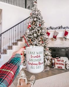 135 festive christmas staircase decor ideas page 36 Christmas Spheres, Christmas Mood, Merry Little Christmas, Noel Christmas, All Things Christmas, Christmas Music, Christmas Shopping, Christmas Quotes, Christmas Wreaths