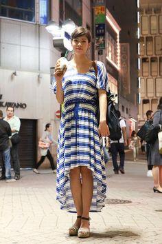 Moda de Rua: Nas ruas de Tokyo há muita diversidade de estilo!  O MKF amou o vestido da H desta garota.  http://www.facebook.com/mykeepfashion