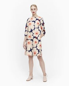 The Oikea dress is made of cotton poplin in the Pieni Unikko (poppy) pattern. The body of the dress is lined and it comes with a detachable belt. Marimekko Dress, Blue Dresses, Dresses For Work, Normal Body, Poppy Pattern, Simple Wardrobe, Scandinavian Fashion, Beige Color, Clothes Horse
