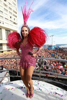 Ivete Sangalo comanda trio em Salvador com look de diva e mostra boa forma