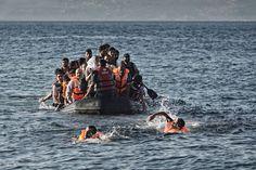 El motor de un bote se ha averiado cuando quedan pocos metros para alcanzar la costa norte de Lesbos. Así que algunos de los refugiados se lanzan al agua para alcanzar la playa a nado. Según Acnur, el 86% de los refugiados que han llegado a estas playas provienen de Siria, Iraq y Afganistán.