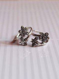 Buy Bee on flower Toe rings. #Silver #toerings #silverjewelry #handmadejewelry #karwachauth #shilphaat.com