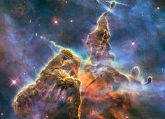As montanhas de gás e poeira da Nebulosa Carina. Comemoração dos 20 anos do Hubble.