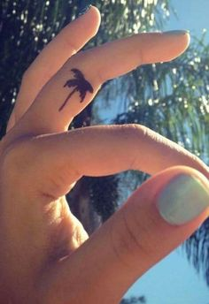 Love me some palmtrees and some finger tattoos!
