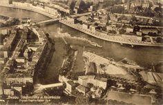 Ujście Oławy do Odry na zdjęciu lotniczym. Po lewej nieistniejąca zabudowa ul. Mazowieckiej -->  . Na dole od lewej także nieistniejąca zabudowa ul. Walońskiej .Dziś w ich miejscu jest parking MPWiK. Nad kamienicami port rzeczny -->  Na samej górze zabudowa pl. Grunwaldzkiego oraz Wybrzeża Wyspiańskiego. Lata 1915-1925