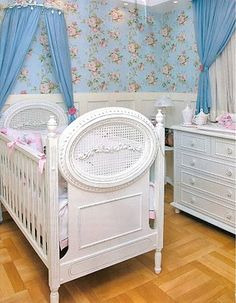 Há pouco mais de 1 ano busquei inspirações para o quarto de minha filha que iria nascer. Agora irei compartilhar com vocês al...