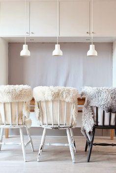 Incontournable pour apporter une touche nordique à votre décoration intérieure, on retrouve la peau de mouton dans toutes les pièces de la m...