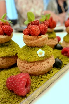 Skills Needed To Become A Patisserie Chef Gourmet Recipes, Sweet Recipes, No Bake Desserts, Dessert Recipes, Decoration Patisserie, Eclairs, Profiteroles, Pastry Design, French Patisserie