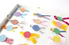 DIY: kleine medaillons voor op een kado. Zet de leeftijd van de jarige in het rondje.