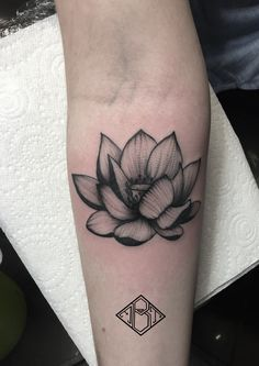 Hand Tattoos, Body Art Tattoos, Sleeve Tattoos, Cool Tattoos, Tattoos Skull, Realistic Lotus Tattoo, Lotus Tattoo Men, Piercing Tattoo, Et Tattoo