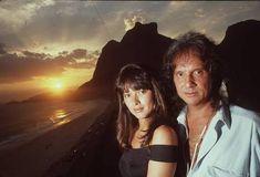 Um Roberto Carlos bronzeado e com a famosa pena na orelha numa foto posada, de 1989, ao lado de sua mulher na época, a então atriz Myrian Rios