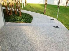 Piso-antiderrapante-para-quintal-008 Modern Exterior, Exterior Colors, Beach Cottage Exterior, Restaurant Exterior, Exterior Stairs, Vinyl Tiles, Next At Home, Home Look, Home Improvement Projects