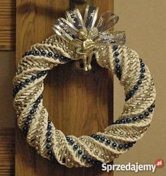 papierowa wiklina choinka - Szukaj w Google Xmas Wreaths, Christmas Decorations, Rolled Paper Wreath, Straw Art, Paper Art, Paper Crafts, Paper Weaving, Christmas Baskets, Book Sculpture