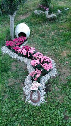 Simple, easy and cheap DIY garden landscaping ideas for front yards and backyards. Many landscaping ideas with rocks for small areas, ideas diy garden 52 Fresh Front Yard and Backyard Landscaping Ideas for 2019 Garden Yard Ideas, Diy Garden, Spring Garden, Garden Projects, Garden Art, Backyard Ideas, Diy Projects, Garden Decorations, Front Yard Ideas