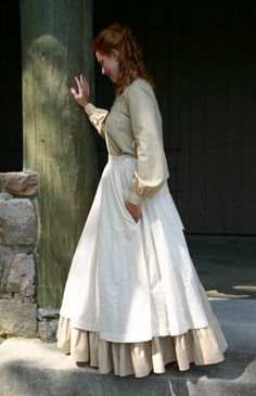The pioneer apron.always loved the long flowing aprons of this time period! :) Cannot set up housekeeping without a crisp, clean apron. Trek Ideas, Pioneer Dress, Pioneer Costume, Pioneer Clothing, Techniques Couture, Sewing Aprons, Aprons Vintage, Retro Apron, Half Apron