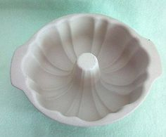Classics Stoneware Fluted Bundt Cake Baking Pan The Pampered Chef http://www.amazon.com/dp/B0012Q5I2G/ref=cm_sw_r_pi_dp_vZTjvb17S4ECC