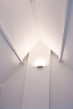 Eiken wit gelakt met mooi lichtplan Attic Inspiration, Kidsroom, Downlights, My Dream Home, Lighting Design, Tiny House, New Homes, Home And Garden, Ceiling Lights